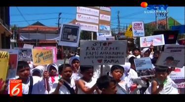 Ribuan siswa gabungan SD YPI Darusallam dan siswa TK se-Kecamatan Gresik, didampingi para guru dalam menggelar aksi solidaritas untuk Papua,