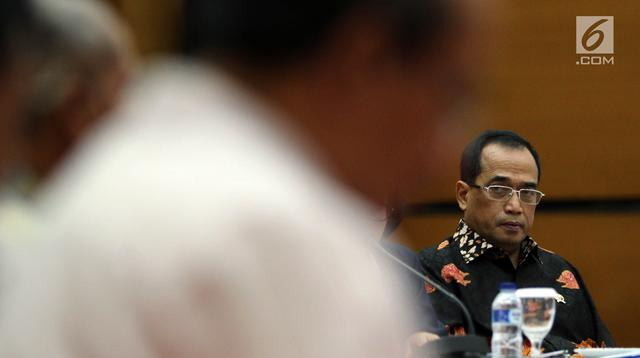 Menhub, Budi Karya Sumadi saat memberikan keterangan pers tentang pencapaian kinerja akhir tahun 2018 Kementerian Perhubungan di Jakarta, Kamis (13/12). Sejumlah pencapaian tercatat dalam laporan kinerja selama empat tahun. (Liputan6.com/Johan Tallo)