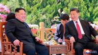 Pemimpin Korea Utara Kim Jong-un bertemu dengan Presiden China Xi Jinping di Dalian, Selasa (8/5). Kunjungan ini dilakukan di tengah perbaikan keadaan di semenanjung Korea. (Korean Central News Agency/Korea News Service via AP)