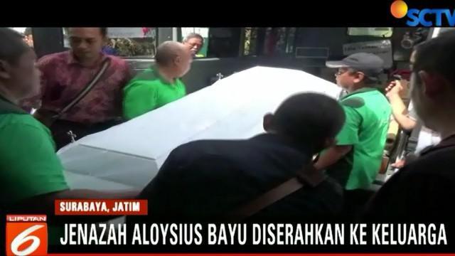 Jenazah Aloysius Bayum, korban bom Gereja Santa Maria Tak Bercela Surabaya, tiba di rumah duka di Gubeng Kertajaya, Surabaya. Kedatangan jenazah disambut isak tangis keluarga dan kerabat.