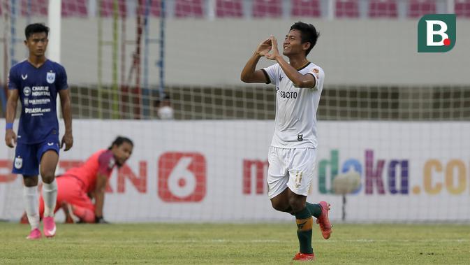 Bek Persikabo 1973, Firza Andika melakukan selebrasi usai mencetak gol ke gawang PSIS Semarang lewat tendangan bebas dalam laga matchday ke-2 Grup A Piala Menpora 2021 di Stadion Manahan, Solo, Kamis (25/3/2021). Persikabo 1973 kalah 1-3 dari PSIS. (Bola.com/Arief Bagus)