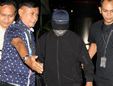 Berjaket dan Kacamata Hitam Ketua Umum PPP Romahurmuziy Digelandang KPK