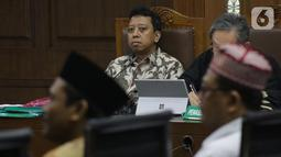 Terdakwa dugaan suap jual-beli jabatan di lingkungan Kemenag, M Romahurmuziy menyimak keterangan saksi saat sidang lanjutan di Pengadilan Tipikor, Jakarta, Rabu (16/10/2019). Sidang mendengar keterangan saksi-saksi. (Liputan6.com/Helmi Fithriansyah)