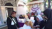 Menggunakan konsepan ala pesta nikahan, seluruh dekor dan panitian jaga TPS 21 Garut, cukup menyedot perhatian masyarakat dalam pemilu 2019 kali ini (Liputan6.com/Jayadi Supriadin)
