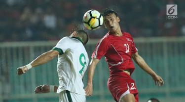 Pemain depan Indonesia U-23, Ilija Spasojevic (kiri) berebut bola atas dengan pemain Korea Utara, Kim Nam Il pada laga PSSI Anniversary Cup 2018 di Stadion Pakansari, Kab Bogor, Senin (30/4). Babak pertama imbang 0-0. (Liputan6.com/Helmi Fithriansyah)