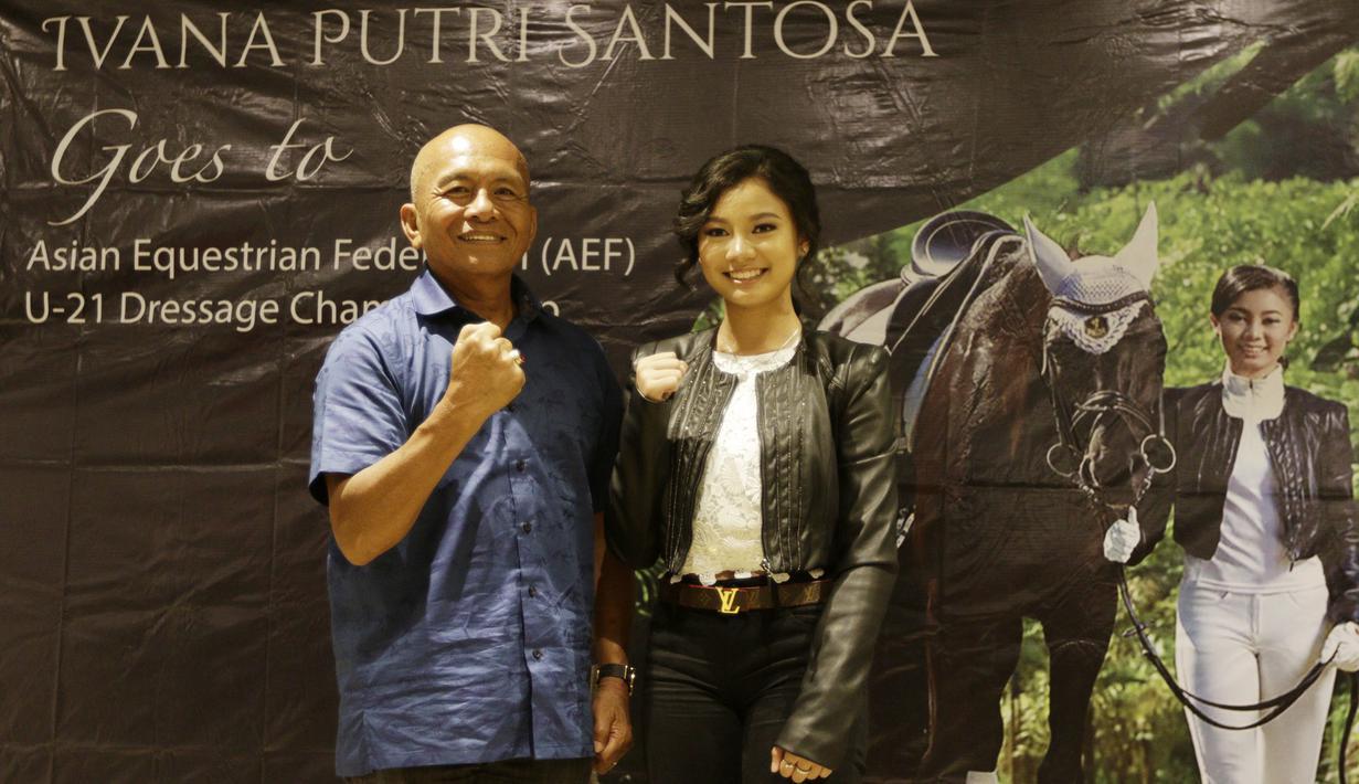 Atlet berkuda Indonesia, Ivana Putri Santosa, bersama pelatihnya, James Momongan saat konpers di FX Sudirman, Jumat (8/11). Ivana mendapat kesempatan untuk tampil pada Asian Equestrian Federation (AEF) di Qatar pada 2020. (Bola.com/M Iqbal Ichsan)