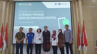 Peluncuran Program Literasi dan Keamanan Digital oleh Sekjen Kemkominfo Rosarita Niken Widiastuti (ketiga kiri) dan Direktur Kebijakan APAC WhatsApp Clair Deevy beserta sejumlah stake holder di Jakarta, Senin (18/11/2019). (Liputan6.com/ Agustin S)