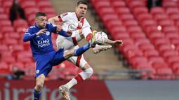 Striker Leicester City, Jamie Vardy, berebut bola dengan pemain Southampton, Jan Bednarek, pada laga Piala FA di Stadion Wembley, Senin (19/4/2021). Leicester City menang dengan skor 1-0. (John Sibley/Pool via AP)