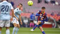 Pedri. Gelandang impresif Barcelona berusia 18 tahun ini amat dipercaya Ronald Koeman musim ini. Ia hanya satu kali tak dimainkan di La Liga dari keseluruhan 38 laga musim ini. Bintang sekaliber Lionel Messi pun sangat memujinya dengan banyaknya operan yang ditujukan untuknya. (AFP/Pau Barrena)