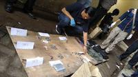 Penyidik menggelar olah tempat kejadian perkara usai pelemparan bom molotov di Markas Polsek Bontoala, Makassar, Sulawesi Selatan, Senin dini hari, 1 Januari 2018. (Liputan6.com/Fauzan)