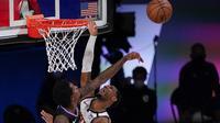 Guard Los Angeles Clippers Lou Williams (kiri) memblok tembakan penggawa Denver Nuggets Monte Morris pada laga play-off NBA, Sabtu (5/9/2020) atau Minggu WIB. (AP Photo/Mark J. Terrill)