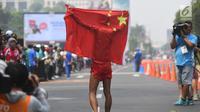 Atlet China, Qin Wang melakukan selebrasi usai menjadi runner up cabang olahraga jalan cepat 50 Km putra di Asian Games 2018, Jakarta, Kamis (30/8). Qin Wang menorehkan waktu 4 jam 6 menit dan 48 detik. (Merdeka.com/Imam Buhori)