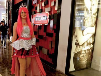 Seorang wanita cantik berkarakter Barbie berjalan di pusat perbelanjaan Lippo Mall Kemang, Jakarta, Sabtu (19/12). Karakter Barbie membius anak-anak saat liburan sekolah. (Liputan6.com/Fery Pradolo)