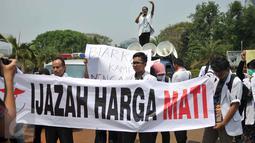 Puluhan dokter dari Pergerakan Dokter Muda Indonesia (PDMI) membentangkan spanduk di depan Istana Merdeka, Jakarta, Senin (7/9/2015). Mereka memprotes Kemenristek Dikti yang telah menahan ijazah fakultas kedokteran mereka. (Liputan6.com/Gempur M Surya)