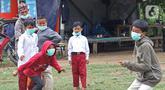 Sejumlah murid sedang bermain tap benteng di sekolah alam Sukawangi, Kabuapaten Bekasi, Jawa Barat, Senin (30/11/2020). Kegiatan bermain di alam terbuka menjadi solusi bagi para murid untuk menghilangkan rasa jenuh usai belajar dimasa pandemi COVID-19. (Liputan6.com/Herman Zakharia)