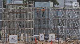Aktivitas pekerja menyelesaikan pembangunan Tol Becakayu (Bekasi, Cawang, Kampung, Melayu) seksi 2A di Bekasi, Jawa Barat, Kamis (31/10/2019). Ruas tol Seksi 2A ini diharapkan menjadi alternatif pengurai kemacetan dalam kota. (merdeka.com/Iqbal S. Nugroho)