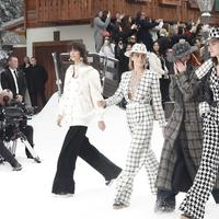 Deretan model yang berjalan di runway show Chanel tanpa Karl Lagerfeld di Paris Fashion Week 2019. Sumber foto: edition.cnn.com.