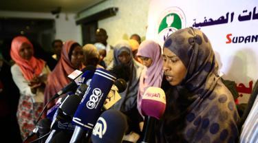 Seorang wanita anggota ISIS asal Sudan memberi keterangan kepada wartawan setelah dipulangkan dari Libya ke negaranya, Khartoum, Sudan, Rabu (4/4). Sebelumnya mereka bergabung dengan ISIS tiga tahun lalu. (ASHRAF SHAZLY/AFP)
