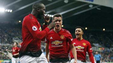 Striker Manchester United, Romelu Lukaku, merayakan gol yang dicetaknya ke gawang Newcastle pada laga Premier League di Stadion St James Park, Newcastle, Rabu (2/1). Newcastle kalah 0-2 dari MU. (AP/Owen Humphreys)