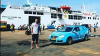 Wiebe Wakker bersama mobil listrik saat tiba di Indonesia (Instagram;@plugmeintravel)