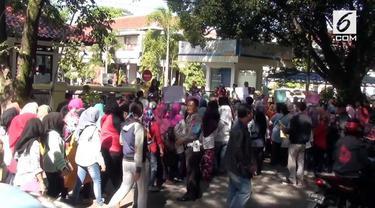 Kecewa dengan proses PPDB, puluhan orang tua murid dan siswa sekolah melakukan aksi unjuk rasa di Kantor Disdik Provinsi Jawa Barat. Mereka menuntut agar membenahi proses PPDB yang dinilai banyak kecurangan.