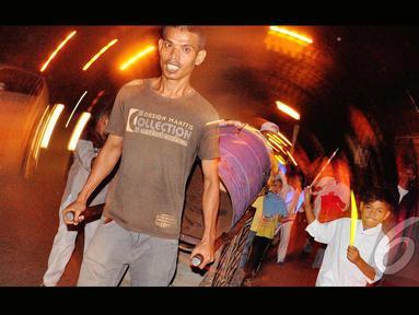 Puluhan anak-anak pawai obor takbiran di sepanjang jalan pramuka menuju jalan Matraman, Jakarta (Liputan6.com/Faizal Fanani)