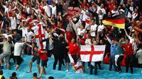 Suporter Inggris bersorak untuk tim nasional mereka setelah pertandingan babak 16 besar Euro 2020 antara Inggris dan Jerman di Stadion Wembley, London, Inggris, Selasa (29/6/2021). Inggris menang 2-0. (Matthew Childs/Pool via AP)