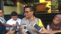 Kabid Humas Polda Metro Jaya, Komisaris besar (Kombes) Pol Argo Yuwono, menjelaskan penangkapan tersangka pengaturan skor Johar Lin Eng. (Bola.com/Zulfirdaus Harahap)