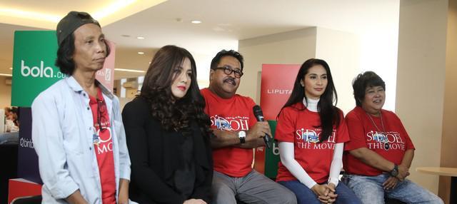 Si Doel The Movie akan segera tayang. Film ini tetap akan menghadirkan sosok Mak Nyak yang diperankan oleh Aminah Cendrakasih walau dalam kondisi lumpuh.