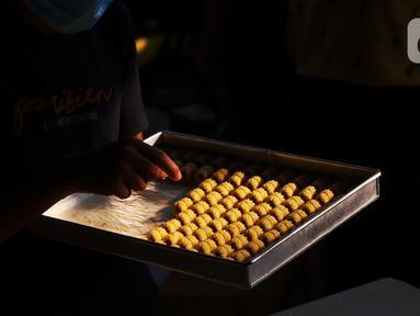 Pekerja tengah mengecek kue kering di industri rumahan Dea cake di Tangerang, Selasa (27/4/2021). Meskipun dimasa pandemi di saat ramadhan permintaan kue kering di tempat tersebut meningkat 100 persen dari pada tahun sebelumnya.  (Liputan6.com/Angga Yuniar)
