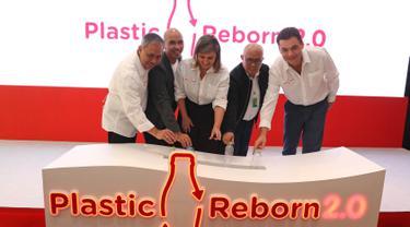 President Asean Business The Coca-Cola Company Claudia Lorenzo (tengah) bersama Director Public Affaris and Communication Coca-Cola Indonesia Triyono Prijosoesilo (kiri) membuang botol plastik saat peluncuran Plastic Reborn 2.0 di Jakarta, Rabu (17/7/2019. (Liputan6.com/Herman Zakharia)