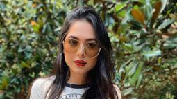 Wanita asal Meksiko ini pun nampaknya memiliki banyak koleksi kacamata hitam. Dalam berbagai potretnya, kacamata hitam yang dikenakan pun selalu berganti model. (Liputan6.com/IG/andreamezamx)