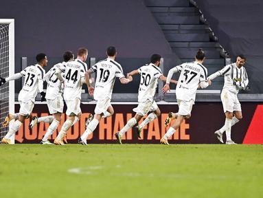 Pemain Juventus Hamza Rafia (tengah) merayakan bersama rekan satu timnya usai mencetak gol ke gawang Genoa pada pertandingan babak 16 besar Coppa Italia di Allianz Stadium, Turin, Italia, Rabu (13/1/2021). Juventus melaju ke perempat final usai menaklukkan Genoa 3-2. (Marco Alpozzi/LaPresse via AP)