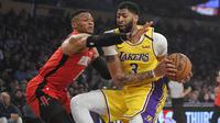 Guard Houston Rockets Russell Westbrook (kiri) coba menghentikan forward LA Lakers pada laga NBA di Staples Center, Kamis (6/2/2020) atau Jumat WIB. (AP Photo/Mark J. Terrill)