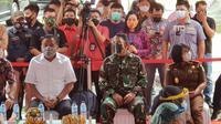 Panglima Kodam (Pangdam) XIII Merdeka Mayor Jenderal TNI Santos Gunawan Matondang menjadi orang pertama di Sulut yang menerima Vaksin Covid-19.
