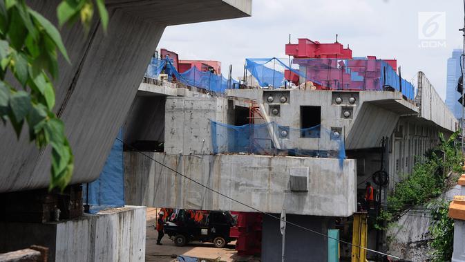 Penampakan proyek pembangunan jalur dwiganda atau double-double track (DDT) di Jakarta, Jumat (12/4). Proyek pembangunan DDT meliputi segmen Cakung-Bekasi sepanjang 12 Km dan Manggarai-Jatinegara sepanjang 3 Km. (Liputan6.com/Herman Zakharia)