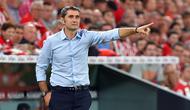 Pelatih Barcelona, Ernesto Valverde, memberi arahan kepada pemainnya saat menghadapi Athletic Bilbao pada laga pekan pertama La Liga 2019-20 di stadion San Mames, Bilbao, Jumat (16/8). Barcelona kalah 0-1 dari Athletic Bilbao. (AFP/Ander Gillenea)