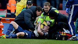 Perawatan terhadap Phil Jones setelah ditandu dari lapangan karena mengalami cidera pada pertandingan sepak bola Liga Inggris antara Stoke City vs Manchester United di Stadion Britannia, Stoke on Trent (01/02/14). (AFP/Andrew Yates)