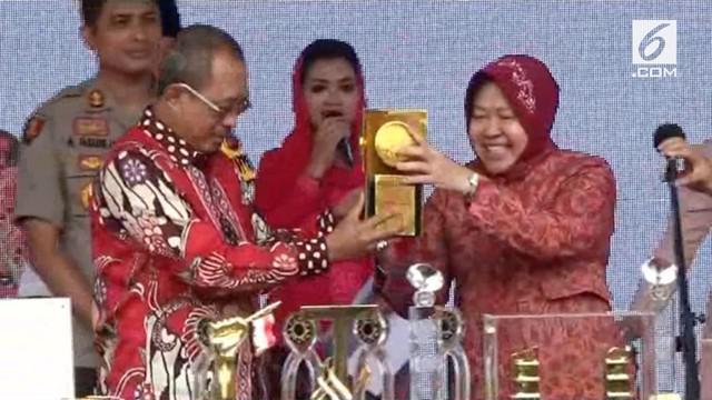 Wali Kota Surabaya Tri Rismaharini memamerkan berbagai penghargaan yang didapat