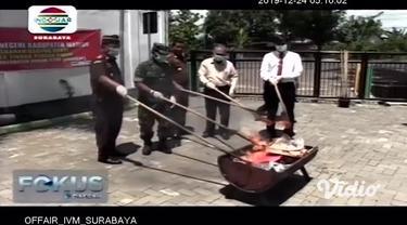 Menjelang Natal dan Tahun Baru, Polres Pacitan, Jawa Timur, memusnahkan ratusan botol miras berbagai jenis. Sementara di Madiun, Kejaksaan Negeri setempat membakar sabu dan ganja.