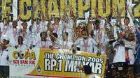 Arema memecundangi Persija 4-3 di Stadion Utama Gelora Bung Karno, Senayan, untuk memastikan gelar juara Piala Indonesia 2005. (Bola.com/Dok. PSSI)