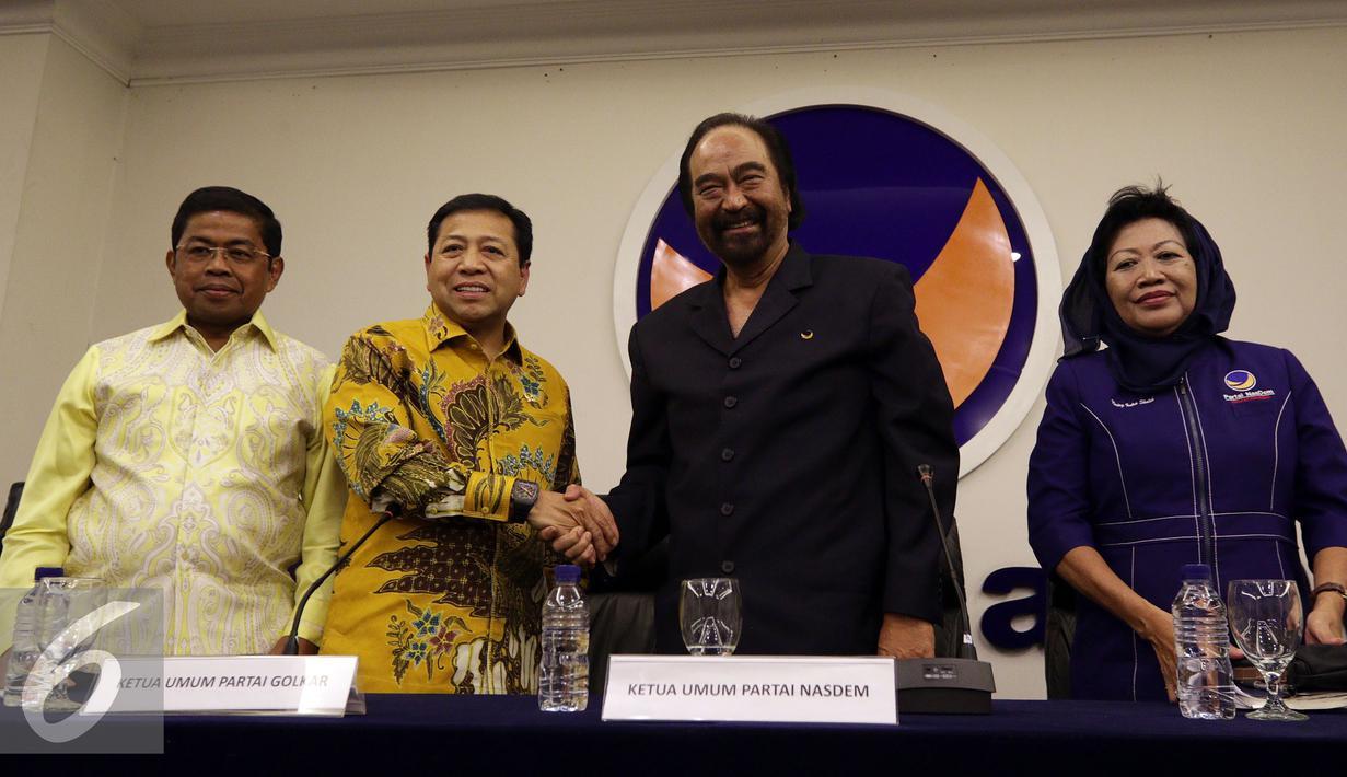 Ketua Umum Partai Nasdem Surya Paloh (kedua kanan) bersalaman dengan Ketua Umum Partai Golkar Setya Novanto (kedua kiri) usai melakukan pertemuan di Jakarta, Selasa (17/1). (Liputan6.com/JohanTallo)