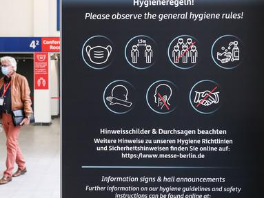 Pengunjung melewati papan bertuliskan instruksi kebersihan di sebuah area ekshibisi dalam pameran IFA 2020 di ibu kota Jerman, 3 September 2020. Pameran perdagangan teknologi itu dibuka di Berlin dengan skala yang diperkecil akibat krisis virus corona yang masih berlangsung (Xinhua/Shan Yuqi)