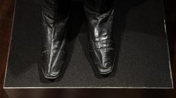 Sepasang sepatu bot Napoleon Bonaparte dipajang di rumah lelang Drouot, Paris, Prancis, Jumat (8/11/2019. Rumah lelang Prancis, Binoche and Giquello akan melelang sepatu bot Napoleon Bonaparte pada 29 November 2019. (Christophe ARCHAMBAULT/AFP)