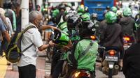 Ojek online menunggu dan menurunkan penumpang di Jakarta, Kamis (20/2/2020). Kementerian Perhubungan sedang menggodok kenaikan tarif ojek online. (Liputan6.com/Angga Yuniar)