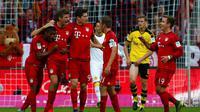 Para pemain Bayern Muenchen merayakan gol ke gawang Borussia Dortmund pada laga Bundesliga di Stadion Allianz Arena, Muenchen, Minggu (4/10/2015). (REUTERS / Michaela Rehle)