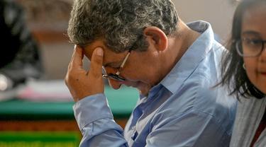 WN Peru Guido Torres Morales menjalani sidang tuntutan di pengadilan Denpasar, Bali, Senin (18/11/2019). Morales dituntut 18 tahun penjara dalam kasus penyelundupan narkotika jenis kokain 950 gram dalam 125 bungkusan yang ditelan saat menumpang pesawat dari Dubai ke Denpasar. (SONNY TUMBELAKA/AFP)