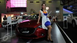 Seorang model bergaya di standmobilMazda yang dipamerkan di Indonesia International Motor Show 2015 di JI Expo Kemayoran Jakarta, Rabu (19/8/2015). Puluhan merek kendaraan ternama ikut ambil bagian dalam IIMS 2015. (Liputan6.com/Helmi Fithriansyah)