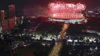 Suasana pesta kembang api saat pembukaan Asian Games di SUGBK, Jakarta, Sabtu, (18/8/2018). Pesta kembang api membuat langit Jakarta semakin gemerlap. (Bola.com/Peksi Cahyo)