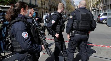 Petugas kepolisian Paris, Prancis berjaga setelah insiden penembakan terjadi.